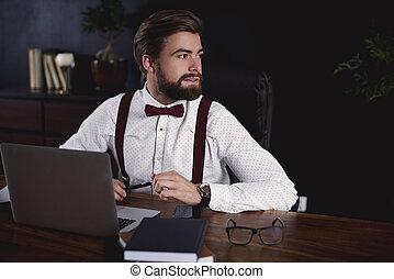 biznesmen, posiedzenie na kasetce, w, biuro