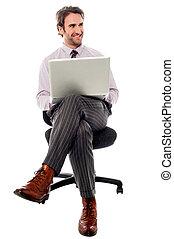 biznesmen, posiedzenie, na, przedimek określony przed rzeczownikami, krzesło, z, laptop