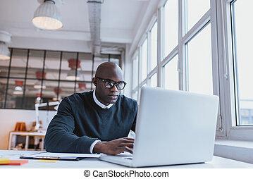 biznesmen, pracujący dalejże, laptop, w, biuro