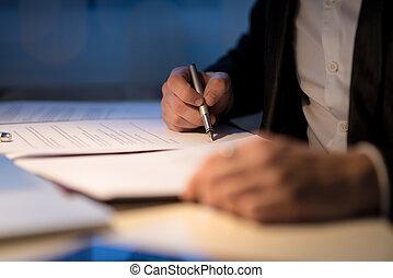 biznesmen, pracujący późno, znacząc, niejaki, dokument, albo, kontrakt