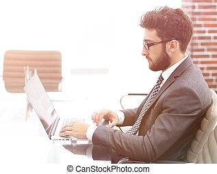 biznesmen, pracujący, w, jasny, biuro, posiedzenie na kasetce