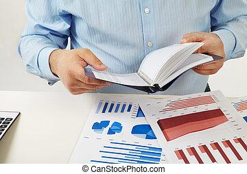 biznesmen, pracujący, z, dokumenty