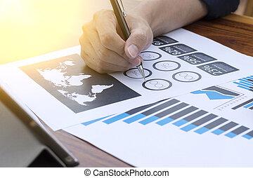 biznesmen, ręka, pracujący, z, nowy, nowoczesny, komputer, i, handlowa strategia, jak, pojęcie