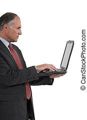 biznesmen, senior, laptop