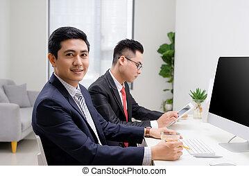 biznesmen, uśmiechanie się, collegues