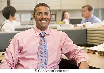 biznesmen, uśmiechanie się, kabinka