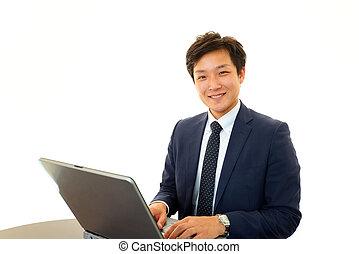 biznesmen, uśmiechanie się, laptop