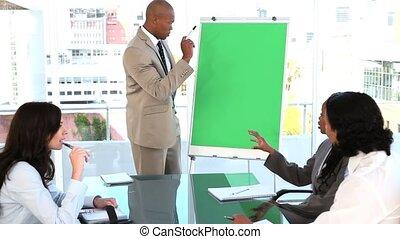 biznesmen, uśmiechanie się, prezentacja, zrobienie
