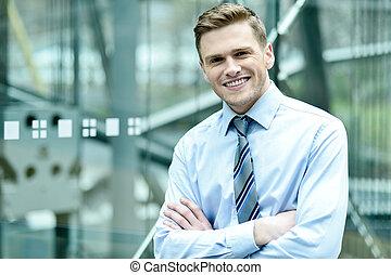 biznesmen, uśmiechanie się, przedstawianie, ufnie