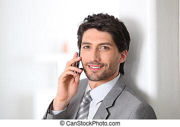 biznesmen, uśmiechanie się, używając, cellphone