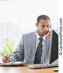 biznesmen, używając komputer, i, telefon, na, biuro