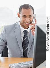 biznesmen, używając komputer, i, telefon, na, biurowa kasetka