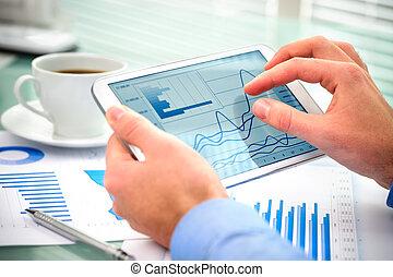 biznesmen, używając, tabliczka, komputer