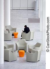 biznesmen, w, niejaki, nowoczesny, biuro, recepcyjna powierzchnia