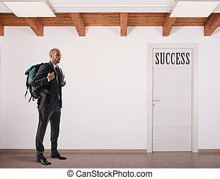 """biznesmen, z, plecak, naprzód, do, niejaki, drzwi, z, """"success"""""""