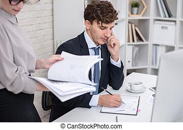 biznesmen, zajęte biuro, pracujący, młody