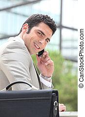 biznesmen, zewnątrz, używając, cellphone