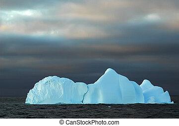blå, isberg, med, skum himmel
