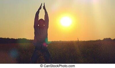 blé, applaudir, champ, sauter, coucher soleil, homme, heureux