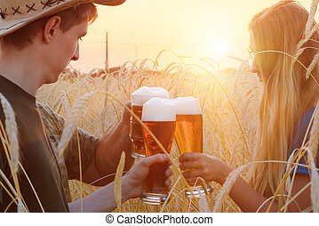 blé, gens, boisson, champ, bière, coucher soleil, pendant