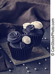 black , cupcakes, op, een, houten, achtergrond