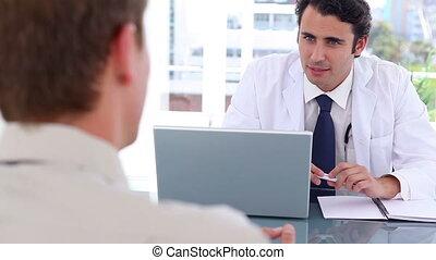 black-haired, arts, klesten, met, zijn, patiënt