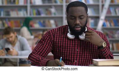Black student making distance online learning - Trendy...