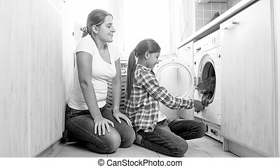 black white fénykép, közül, anya, noha, lány, cselekedet, házimunka, -ban, mosoda