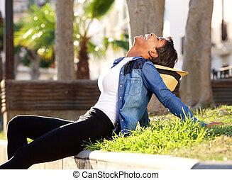 black woman, nevető, kívül