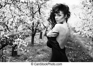 Black&white portrait of a pretty lady