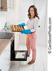blad, vrouw, bakken, vasthouden, brood