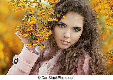 bladeren, buiten, park., meisje, het poseren, mooi, herfst, portrait., vrouw, op, gele, photo., jonge