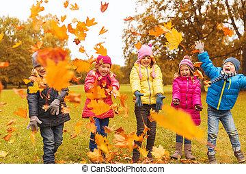 bladeren, park, spelend, herfst, kinderen, vrolijke