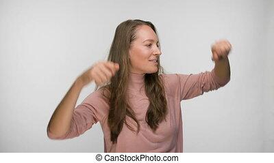 blanc, arrière-plan rose, insouciant, heureux, chemisier, femme, brunette, sur, danse