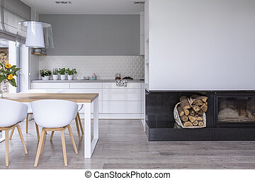 blanc, chaises, à, table bois, dans, moderne, salle manger, intérieur, à, lampe, et, fireplace., vrai, photo