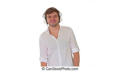 blanc, désinvolte, appareil photo, musique, homme, arrière-plan., écouteurs, jeune, marche, regarder, quoique, écoute