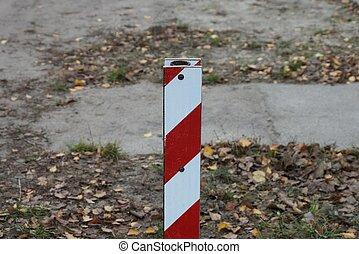 blanc, rayé, une, barrière, dehors, fer, rouges, poste