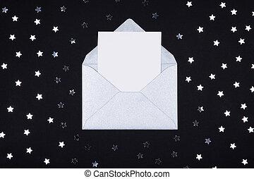 blanc, vide, carte, dans, ouvert, argent, gris, enveloppe, sur, arrière-plan noir, décoré, à, étoile, confetti.