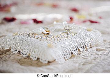 blanco, anillos, dos, almohada