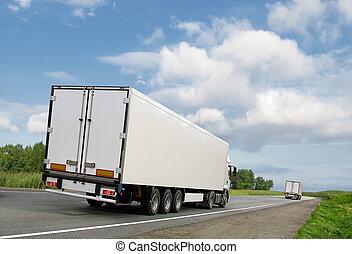 blanco, camiones, en, autopista provinciana, debajo, cielo azul