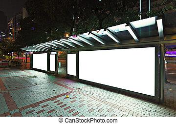 blanco, cartelera, en, parada de autobús, por la noche