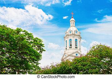 blanco, chapitel de la iglesia, en, azul, nublado, plano de fondo