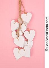 blanco, de madera, corazones, en, un, fondo rosa