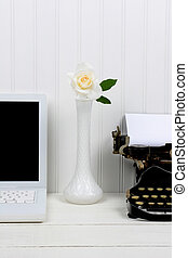 blanco, escritorio, primer plano, florero de botón