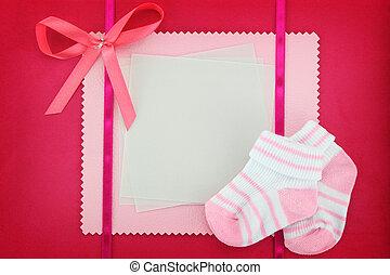 blanco, tarjeta, con, bebé, calcetines, en, fondo azul