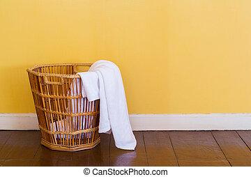 blanco, utilizado, toallas, en, cesta de mimbre