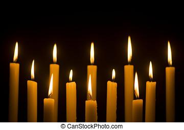 blanco, velas que queman, en, oscuridad