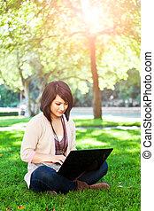 blandad kapplöpning, högskola studerande, med, laptop
