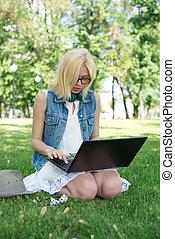 blandad kapplöpning, högskola studerande, sitta på gräset, arbete