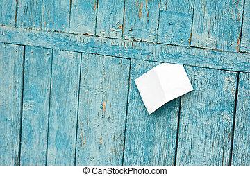 blatt papier, auf, altes , blaues, hölzern, hintergrund.